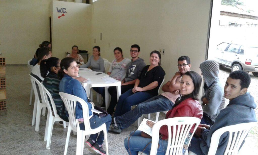 Membros da AMPIC sentados em volta de mesas durante a segunda assembleia de 2017.